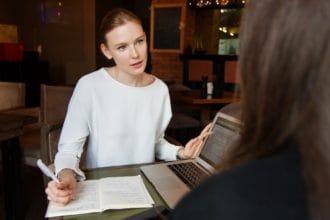 אישה בפגישה